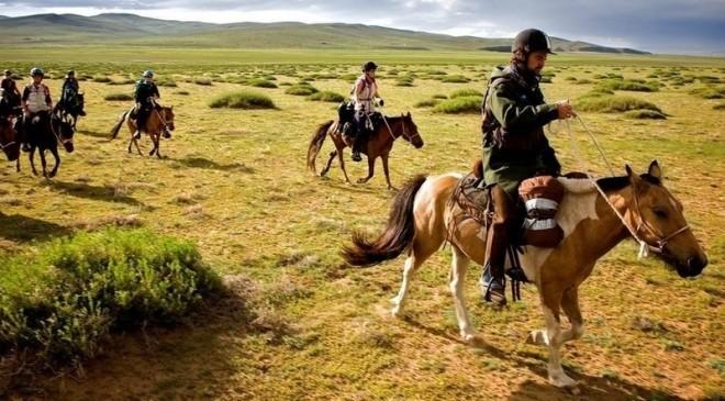 モンゴルを訪問すべき理由:その6、馬に跨り地平線へ
